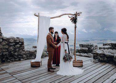 Moderne Burg-Hochzeit mit Boho-Touch