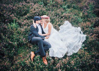 Bohemian-Hochzeitsträume in der blühenden Heide