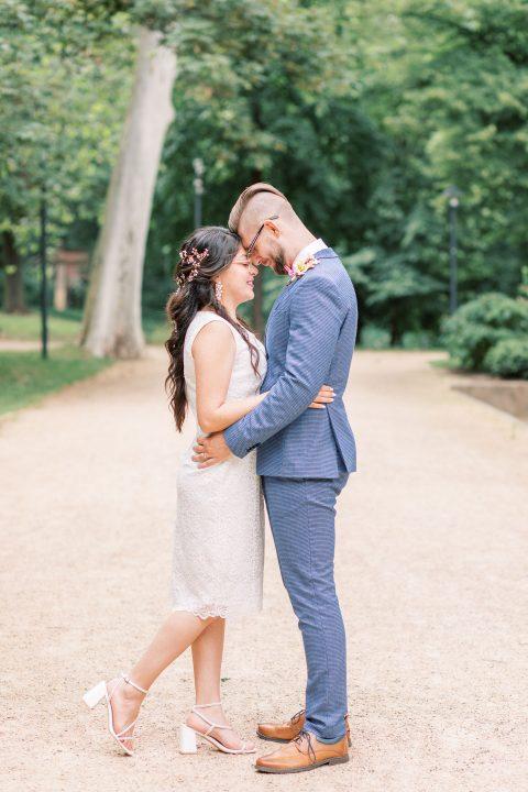 Brautpaar in einer romantischen Pose im Park
