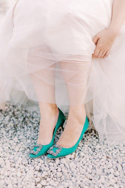Braut in grünen Manolo Blahnik Brautschuhen