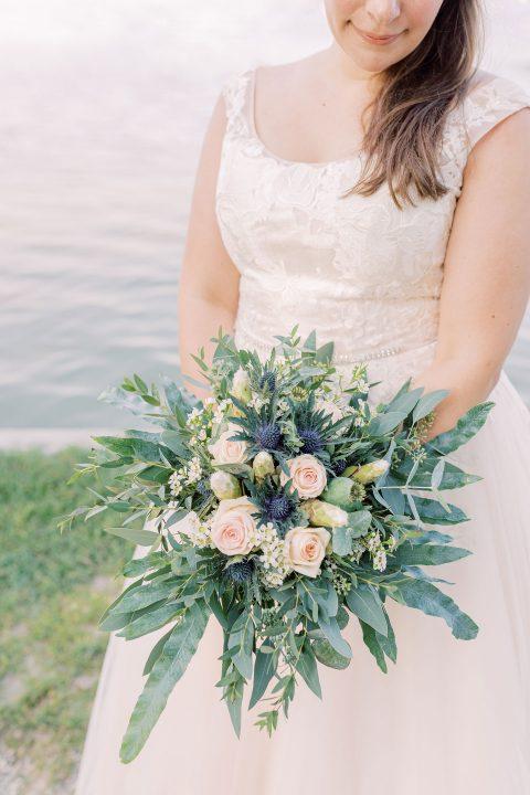Braut mit ihrem Brautstrauß am Ammersee in Bayern