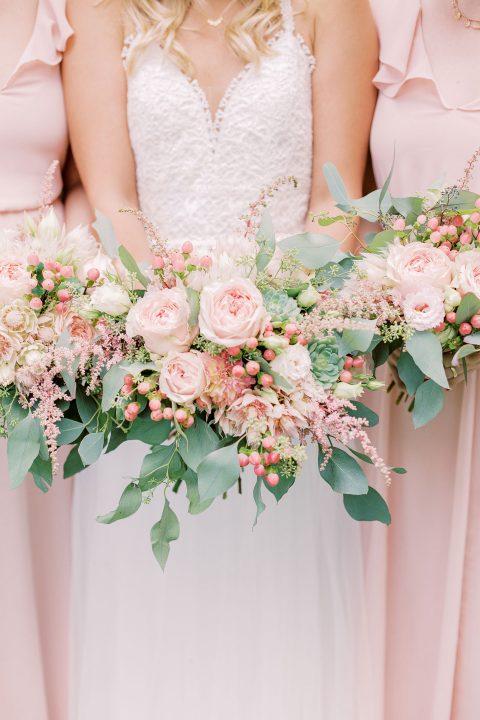 Brautstrauß und Sträuße für die Brautjungfern in Nahaufnahme