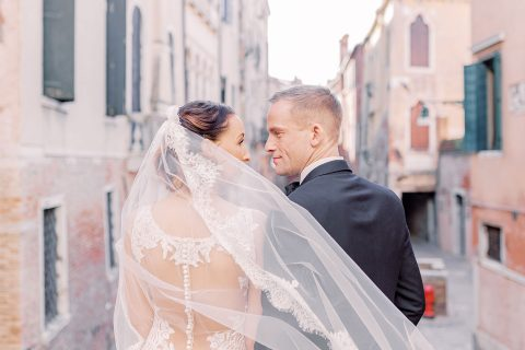 Brautpaar in Venedig mit Kanal im Hintergrund