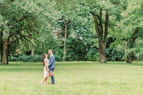 Hochzeitspaar im Park schaut sich verliebt an