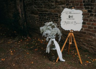Mystische Romantikhochzeit in einer alten Kirchruine