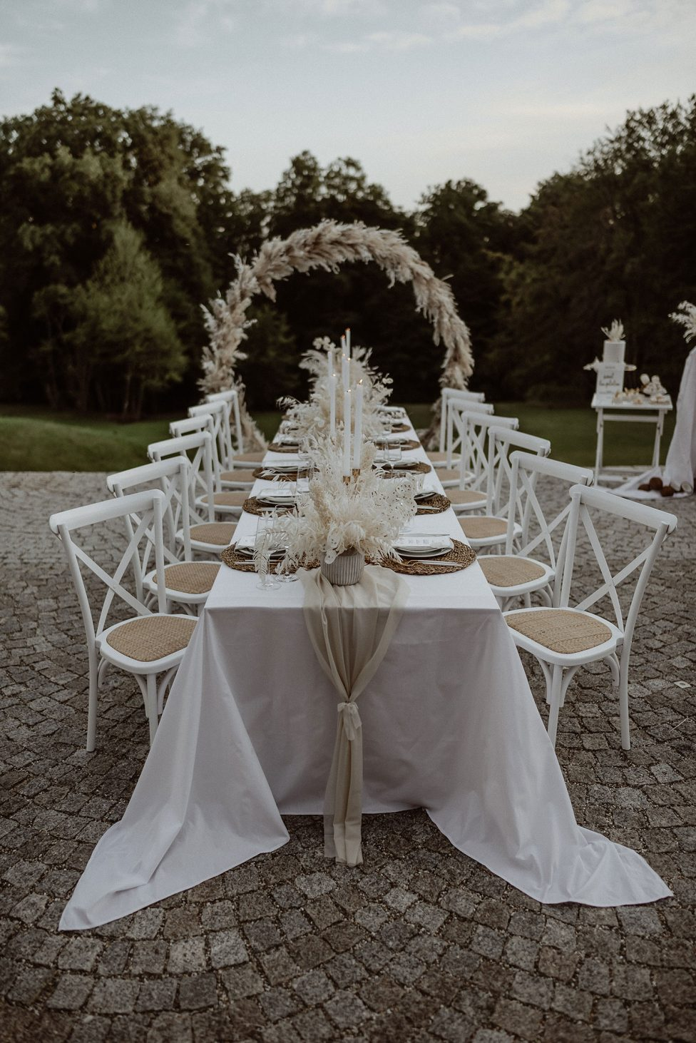 Hoher Darsberg: Weisses Hochzeitskonzept mit Goldakzenten