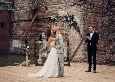 Hochzeit Feiern in romantischer Abenddämmerung