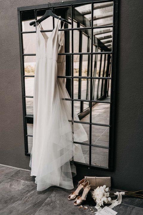 moderne Braut mit schlichten Brautkleid