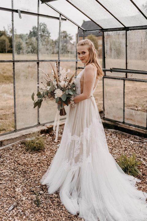 Fotosshooting mit einem Brautkleid im Schloss Diersfordt, das Kleid ist erhältlich im Jenari Bridal Concept Store