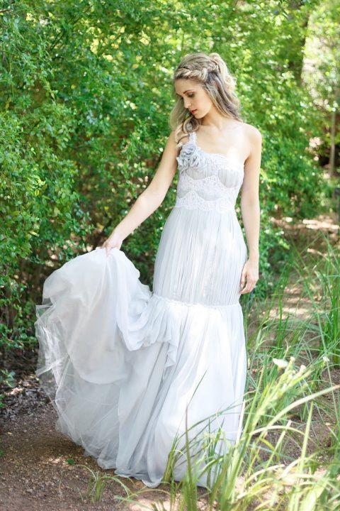 Himmlisches Hochzeitspicknick im sattgrünen Gartensetting