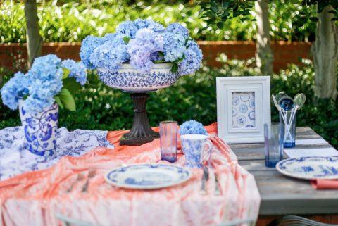 Himmlisches Hochzeitspicknick im sattgrünen Gartensetting,